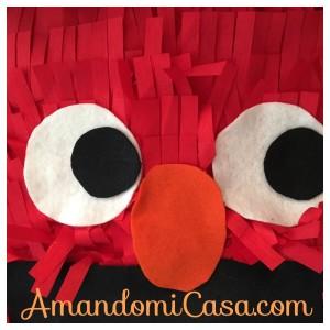 Elmo viendo hacia un lado