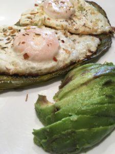 huevos estrellados sobre nopal asado